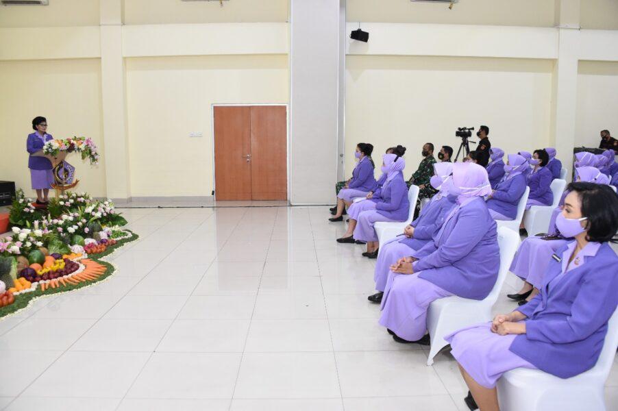 Ketua Umum (Ketum)Ikatan Kesejahteraan Keluarga TNI (IKKT) Pragati Wira Anggini(PWA)Ny. Nanny Hadi Tjahjanto memimpin acara Pengangkatan