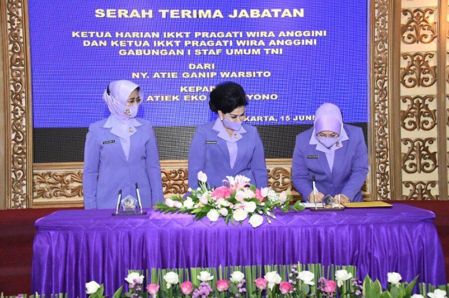 (Ketum) Ikatan Kesejahteraan Keluarga TNI (IKKT) Pragati Wira Anggini (PWA) Ny. Nanny Hadi Tjahjanto memimpin Serah Terima Jabatan (Sertijab)