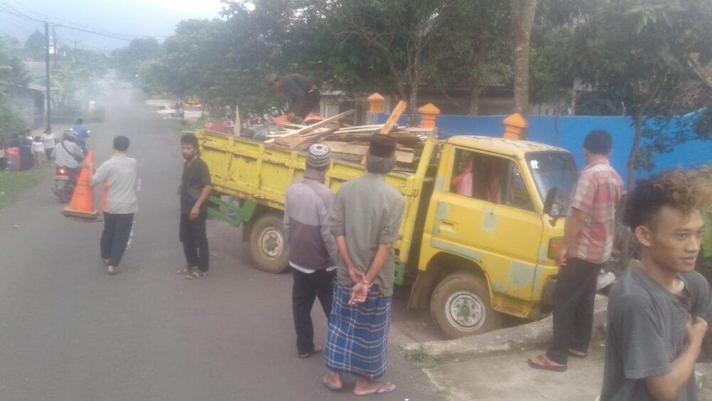 terjadi kecelakaan lalu lintas (laka lantas) Mobil Truk Colt Diesel akibat pecah ban di depan Kantor Desa Pandat, Kecamatan Mandalawangi