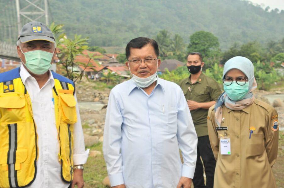 Jusuf Kalla didampingi Menteri Pekerjaan Umum dan Perumahan Rakyat (PUPR) RI Basuki Hadimuljono meresmikan dua jembatan gantung