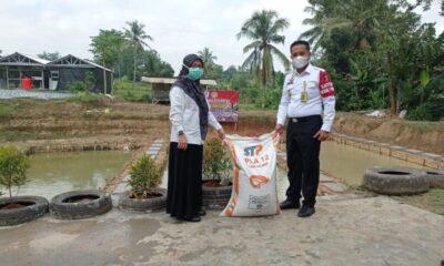Kepala Lembaga Pemasyarakatan (Kalapas) Kelas III Rangkasbitung menerima hibah benih Ikan lele dan pakan dari Dinas Perikanan Kabupaten Lebak