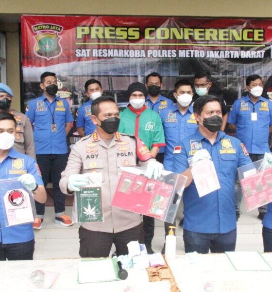 Polisi membeberkan penangkapan Musisi EAP als Anj penyalahgunaan narkoba jenis ganja. ditetapkan Polres Metro Jakarta Barat menjadi tersangka