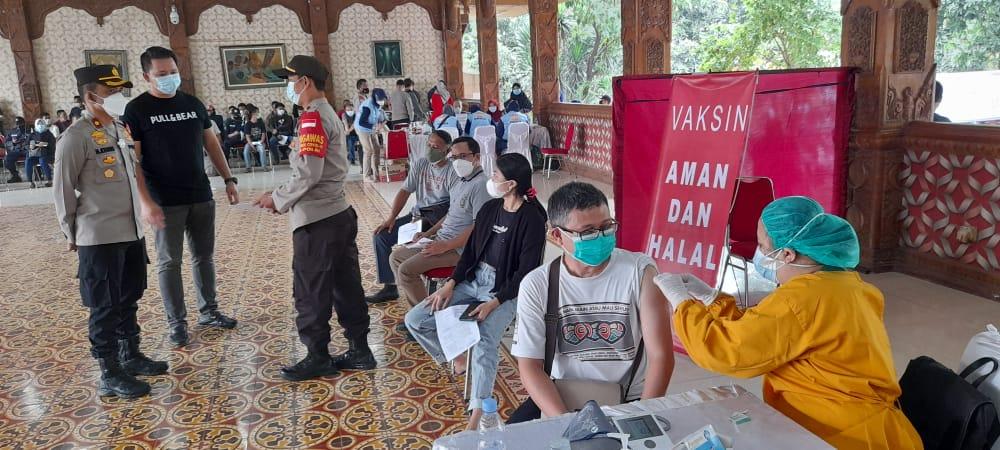 Warga Kembangan, Agus (36) mengatakan pelayanan masyarakat yang akan diberi vaksin terlebih dahulu harus melewati beberapa tahapan