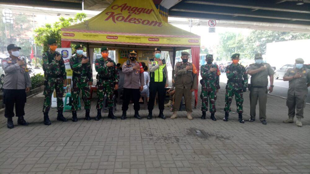 Polsek Cengkareng bersama Tiga Pilar dari unsur TNI, Satpol PP dan Dishub menggelar operasi yustisi dalam rangka memutus mata rantai Covid-19