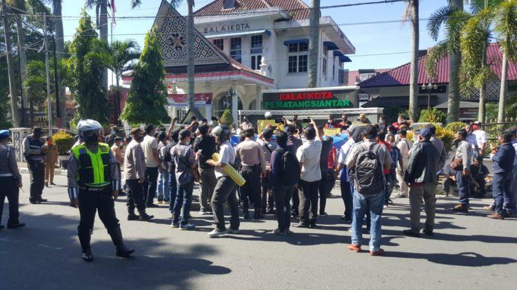 Wartawan Siantar-Simalungun menggelar aksi solidaritas meminta pihak kepolisian segera menangkap pelaku pembunuhan terhadap Pimpinan Media