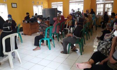 Vaksinasi tahap dua tersebut dengan sasaran pelayanan publik, RT, RW Kader Posyandu termasuk masyarakat penerima bantuan dari pemerintah