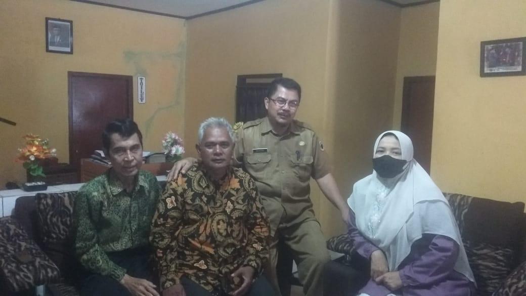 Kepsek) SDN 2 Umbuljaya, Suryadi mengunjungi kediaman Ketua Yayasan SMK BIM untuk meminta permohonan maaf dugaan penyebaran soal berita hoax.