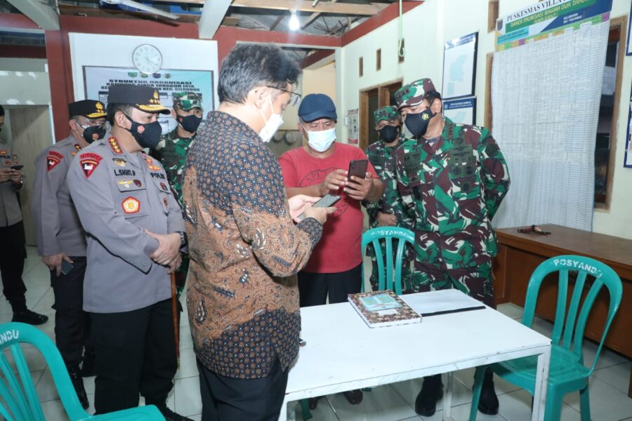 Kapolri Listyo Sigit Panglima TNI meninjau pelaksanaan PPKM Mikro guna tingkatkan kinerja di Kelurahan Sukamaju, Cilodong, Depok