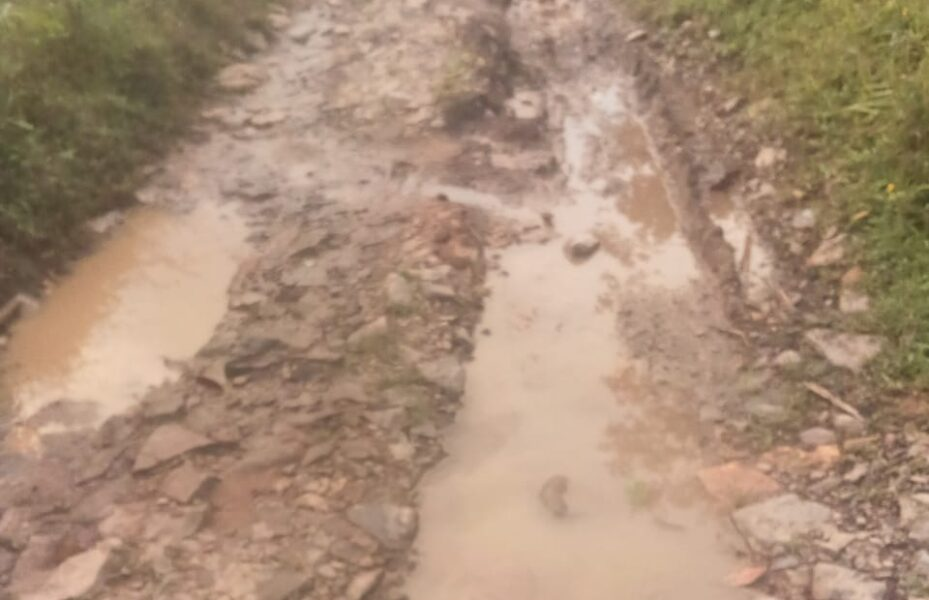 Warga mengeluhkan rusaknya jalan penghubung desa Kampung Cidikit menuju Cileubang, Desa Sinarjaya, Kecamatan Sobang, Kabupaten Lebak, Banten.