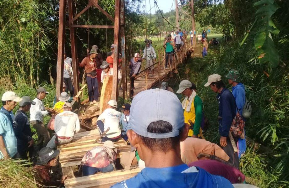 (Pemdes) Kertaraharja bersama warga secara swadaya melakukan perbaikan jembatan darurat yang belum pernah tersentuh pembangunan