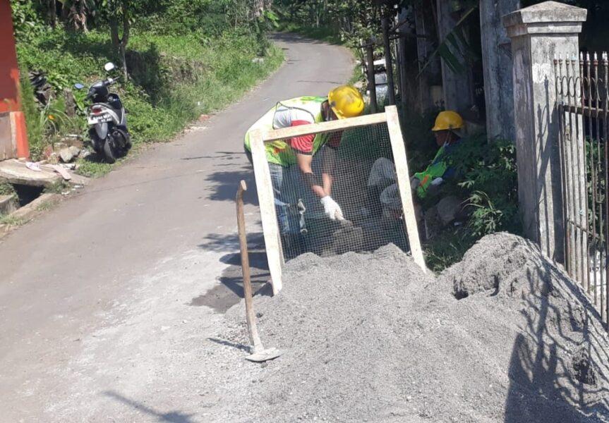 Masyarakat Desa Warnajati mengapresiasi Program Kotaku tahap pertama. Jalan Lingkungan (Jaling) yang rusak kini sudah kembali di perbaiki