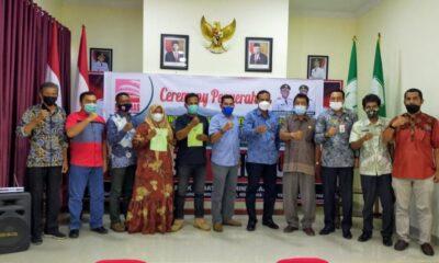 Sertifikat Lahan Plasma untuk 313 Warga Aceh Timur oleh Bupati Rocky kepada tiga perwakilan masyarakat di antaranya mantan Kombatan GAM