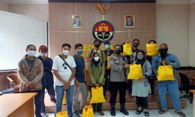 Sebagai bentuk empati dan peduli wartawan di tengah penerapan PPKM Level 4, Polda Banten membagikan ratusan paket sembako kepada awak media.
