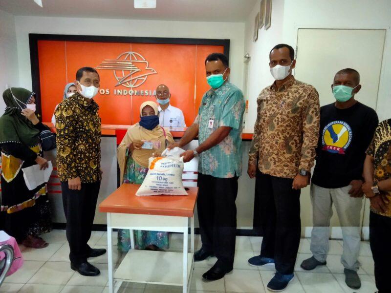 Pemerintah Kabupaten (Pemkab) Aceh Timur menyalurkan bantuan Pemberlakuan Pembatasan Kegiatan Masyarakat (PPKM) 2021 berupa beras