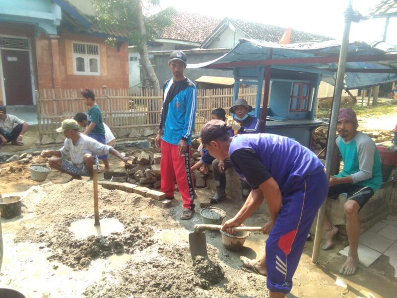 Warga Kampung Pahlawan mulai melakukan pembuatan selokan atau gorong - gorong air untuk mengantisipasi banjir akibat hujan mulai turun