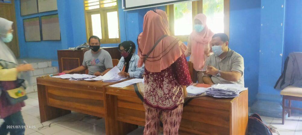 Penyaluran Bantuan Sosial Tunai (BST) tahap 5 dan 6 di Desa Bayah Barat Kecamatan Bayah Kabupaten Lebak Provinsi Banten bersama Kantor Pos