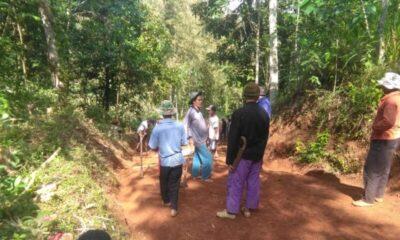 Warga Kampung KB Benda melakukan kerja bakti membuka akses jalan menuju tempat wisata air terjun yang berada di Desa Cikarang