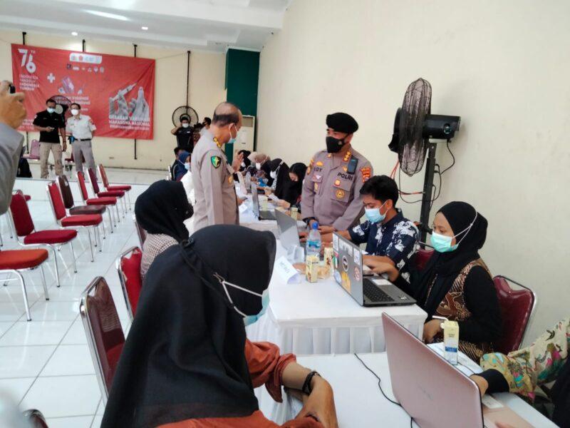 Personel Ditpamobvit Polda Banten melakukan pengamanan VIP pada saat pelaksanaan kegiatan gerakan vaksinasi Mahasiswa Nasional di Kampus