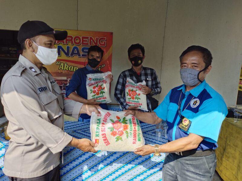 Kapolsek Panggarangan AKP Wawan Suhawan memberikan beras kepada Wartawan Lebak Selatan yang liput gebyar vaksinasi massal Covid-19