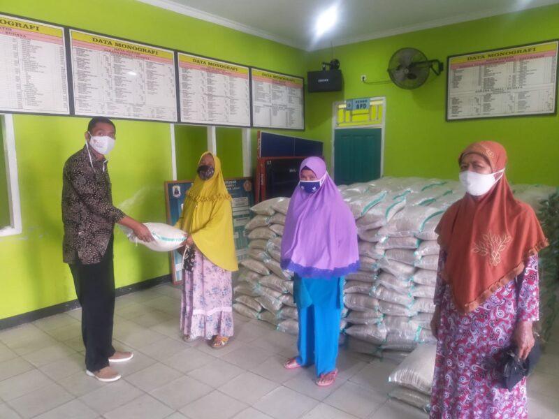 567 Keluarga Penerima Manfaat (KPM) telah menerima bantuan beras PPKM yang disalurkan oleh Pemerintah Desa (Pemdes) Sawarna, Kecamatan Bayah,