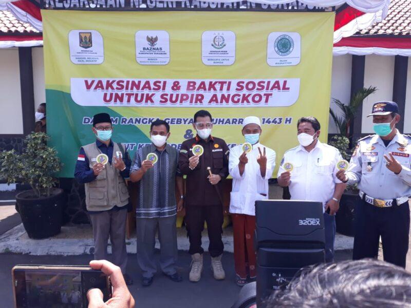 Kejaksaan Negeri (Kejari) Kabupaten Sukabumi menyelenggarakan vaksinasi untuk para sopir angkot yang dilaksanakan pada Kamis (12/8/21).