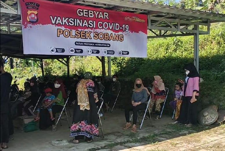 Polsek Sobang Polres Lebak membagikan bantuan berupa beras kepada warga peserta vaksinasi saat pelaksanaan yang berlangsung di Kantor