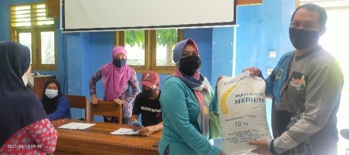 Pemerintah Desa (Pemdes) Bayah Barat merealisasikan penyaluran beras bantuan PPKM kepada 632 KPM bertempat di Aula Kantor