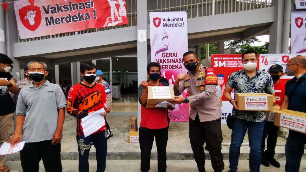 Artis tersanjung mengunjungi sentra vaksinasi merdeka di Posko RW 08 Jalan Pulau Panggang Nomor 63, Kembangan, Jakarta Barat