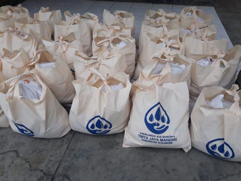 Para Karyawan perusahaan daerah air minum (PDAM) Kabupaten Sukabumi atas dasar kepedulian menggalang donasi dengan melakukan zakat