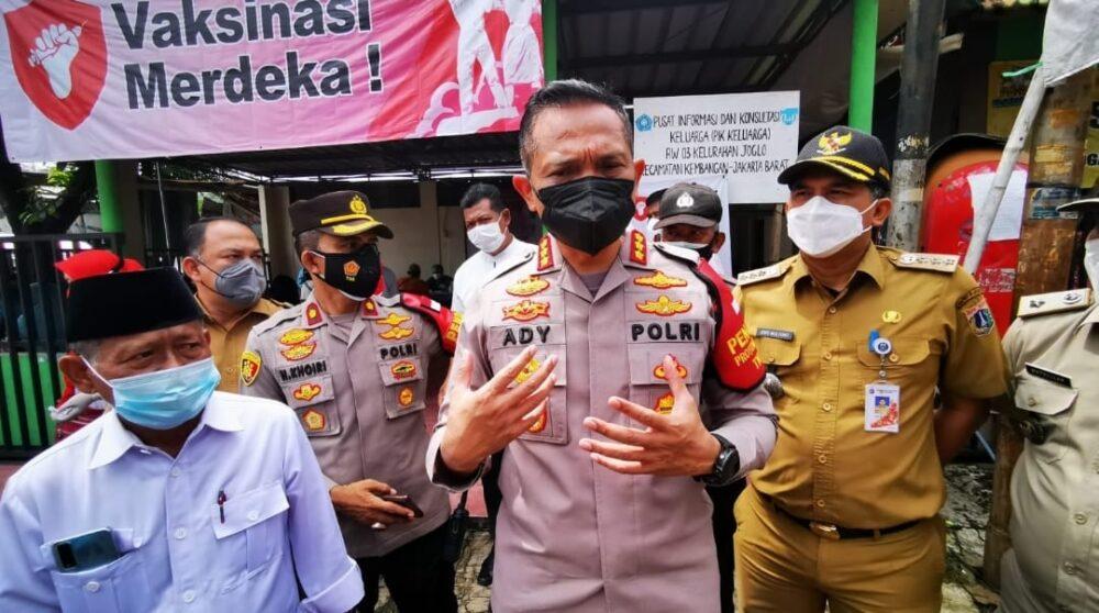 Dalam upaya capai target vaksinasi Covid-19 untuk membentuk herd immunity, berbagai cara dilakukan Polres Metro Jakarta Barat (Jakbar).