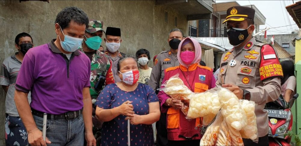 Polsek Kembangan Jakarta Barat melakukan vaksinasi secara door to door bagi warga yang memiliki keterbatasan fisik (tuna netra)
