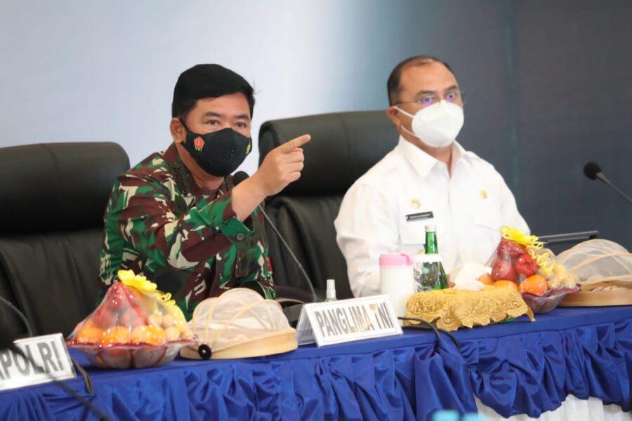 Panglima TNI memimpin rapat penanganan Covid-19 yang diikuti jajaran Forkompimda Kepulauan Bangka Belitung dan pengecekan Aplikasi Silacak