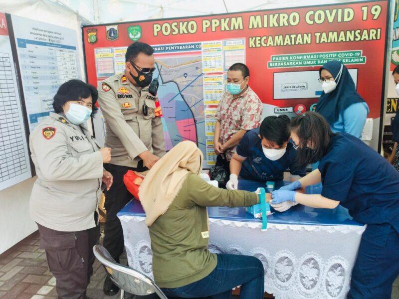 Polsek Metro Tamansari Jakarta Barat memberikan suntikan vitamin kepada relawan Nakes untuk menjaga kesehatan dan tingkatkan stamina