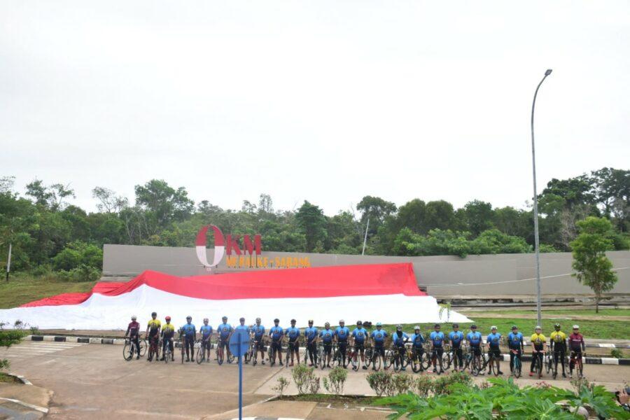Danrem 174 Merauke Brigjen TNI Bangun Nawoko membentangkan Bendera Merah Putih raksasa di Pos Lintas Batas Negara (PLBN) RI-PNG