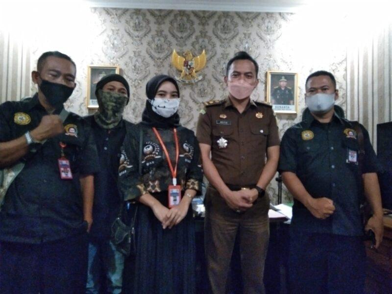 Kasi Intel Kejaksaan Negeri (Kejari) Kabupaten Sukabumi menerima laporan perlengkapan dokumen dugaan pungutan liar (Pungli)