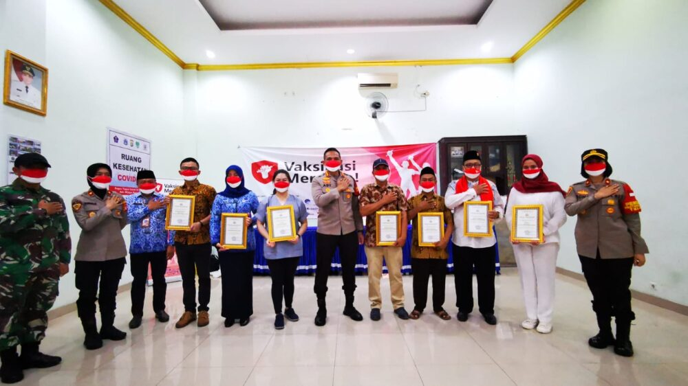 Polres Metro Jakarta Barat (Jakbar) memberikan penghargaan kepada Relawan Nakes yang telah mencapai target maksimal pelaksanaan vaksinasi