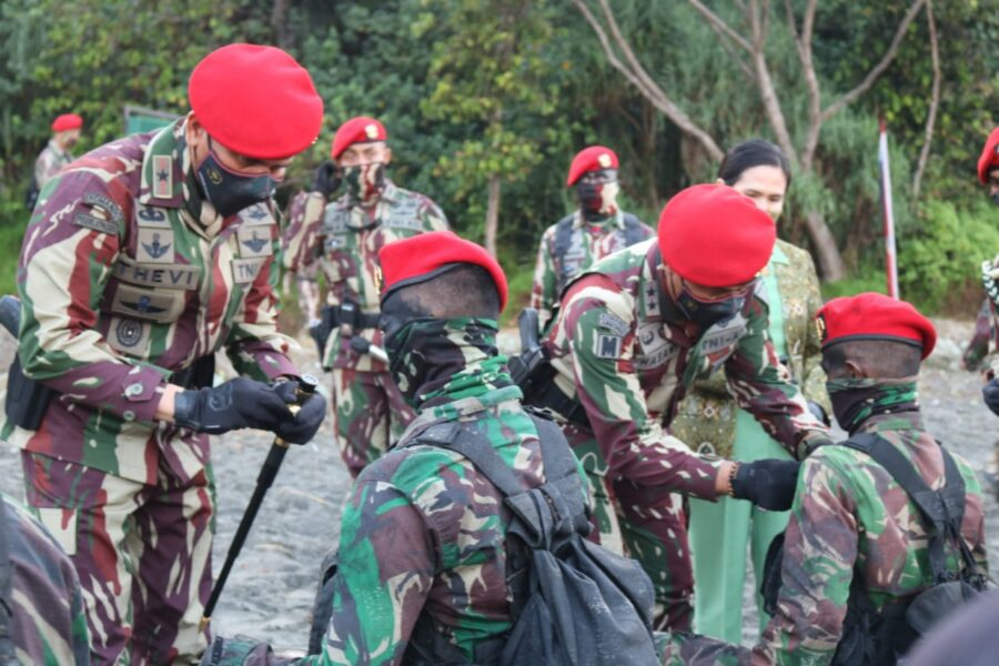 Danjen Kopassus Mayjen TNIMohamad Hasan memimpin upacara penutupan pendidikan Prajurit Komando Angkatan 105 TA 2021 di Pantai Cilacap
