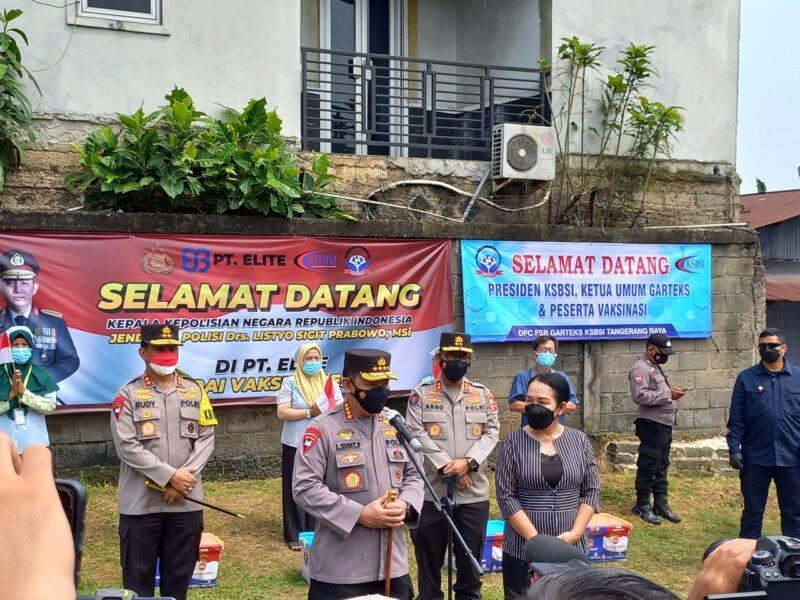 Polri bekerja sama dengan Konfederasi Serikat Buruh Seluruh Indonesia (KSBSI) menggelar vaksinasi massal buruh di Banten di PT. Elite Garment