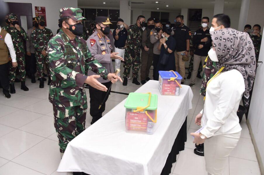 Panglima TNI Marsekal TNI Hadi Tjahjanto, S.I.P. merestui keinginan Annisa Rizkika yang berprosesi sebagai relawan Tenaga Kesehatan (Nakes)