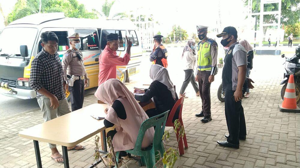 operasi yutisi swab antigen untuk para sopir dan penumpang angkutan umum yang melintas di jalan Mendan-Banda Aceh, Kecamatan Idi Rayeuk,