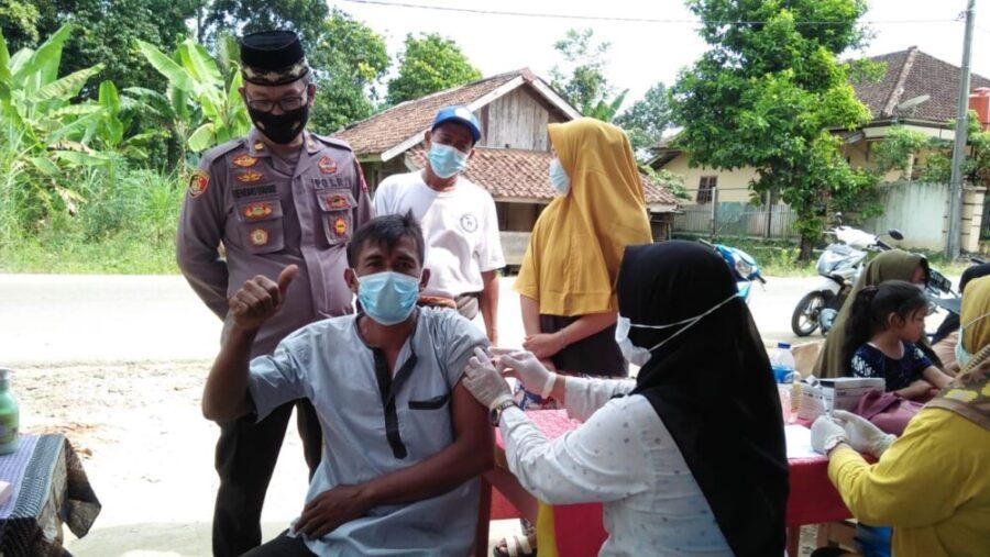 Kader Ormas Badak Banten Perjuangan (BBP) DPAC Cileles bersama Polsek Cileles membantu kelancaran pelaksanaan kegiatan gebyar vaksinasi