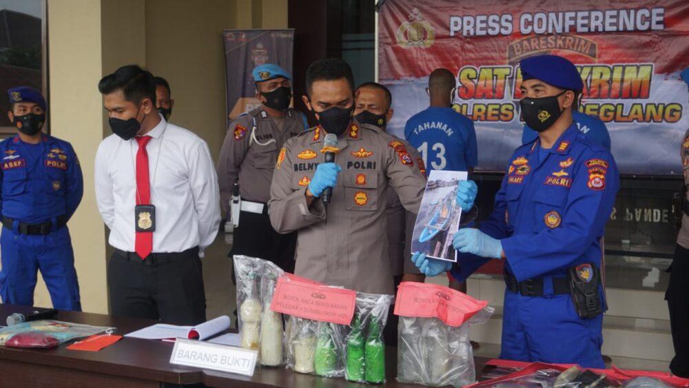 Satpolair) Polres Pandeglang Polda Banten berhasil mengungkap kasus bom rakitan ikan di perairan dengan mengamankan dua orang terduga pelaku