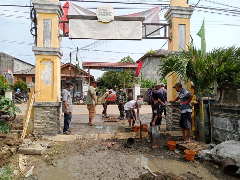 TNI dan rakyat, Babinsa Koramil 0114/Cigeulis bersama masyarakat mengadakan bakti sosial (Baksos) pemasangan gorong-gorong.