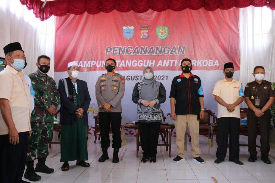 Bupati Pandeglang, Hj. Irna Narulita,SE,MM bersama Kapolres Pandeglang, AKBP Belny Warlansyah, SH,S.IK meresmikan Kampung Tangguh