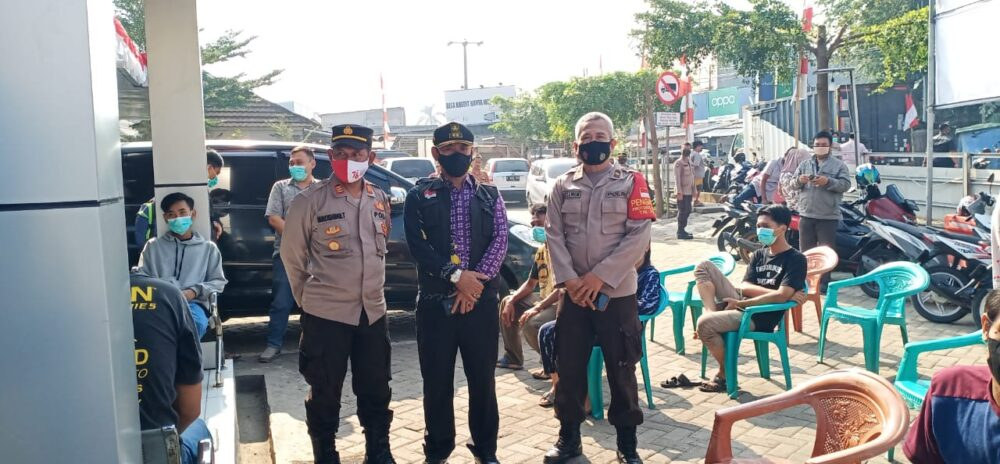 Polsek Cisoka Polresta Tangerang Polda Banten bersama Kecamatan dan Koramil melaksanakan operasi yustisi dan melakukan pembagian masker