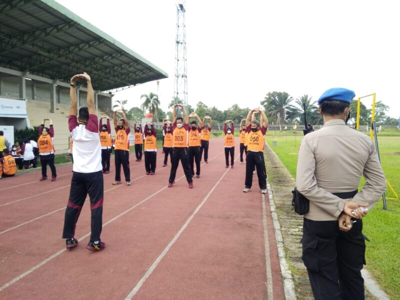 Personel Polres Pandeglang dan jajaran diuji kemampuan fisik dalam Kesamaptaan Jasmani Periode II Tahun 2021 di Stadion Badak