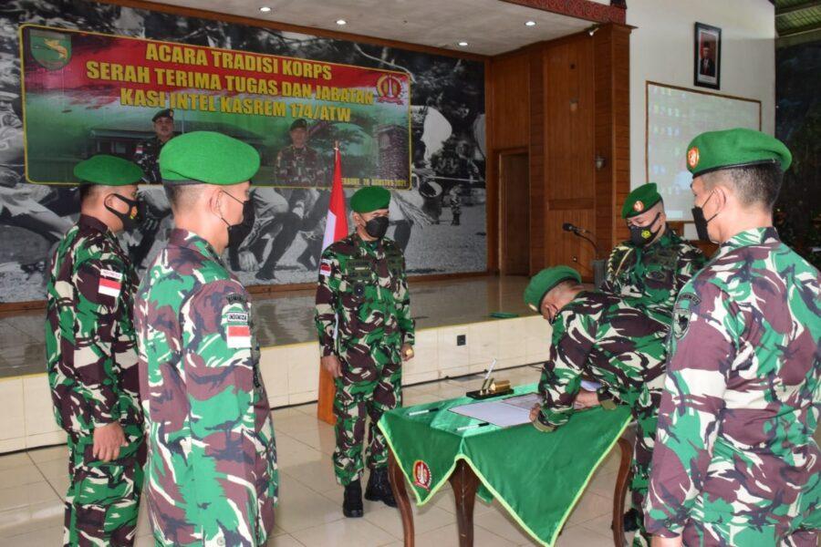 (Danrem) 174 Merauke Brigjen TNI Bangun Nawoko memimpin pelaksanaan acara tradisi Korps dan serah terima jabatan Kepala Seksi Intelijen