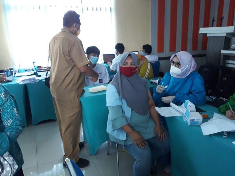 SMK Negeri 1 Cibadak bekerja sama dengan Puskesmas Cibadak menyelenggarakan kegiatan vaksinasi dengan menyediakan 2000 vaksin