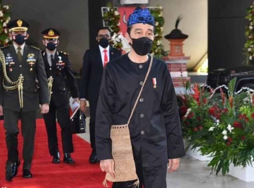 Presiden Republik Indonesia (RI) Joko Widodo mengenakan atau sandang pakaian Adat Suku Baduy saat sidang tahunan MPR RI bersama DPR