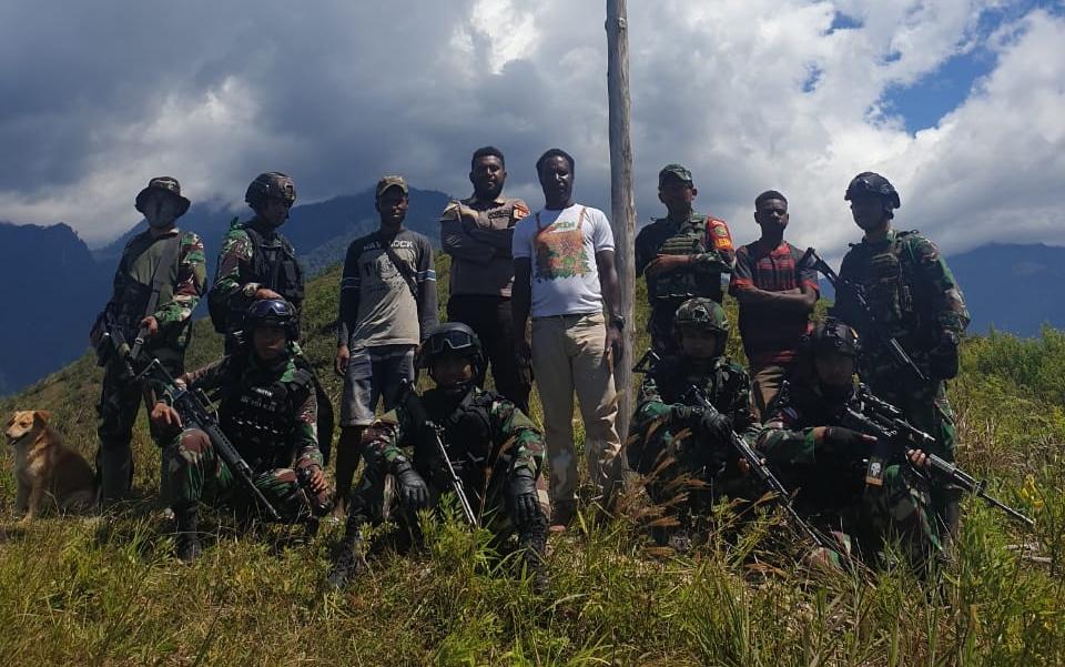 TNI bersama masyarakat mengadakan kegiatan napak tilas pembuatan Tugu Merah Putih di Puncak Gunung Ligimba, Distrik Kanggime, Papua.